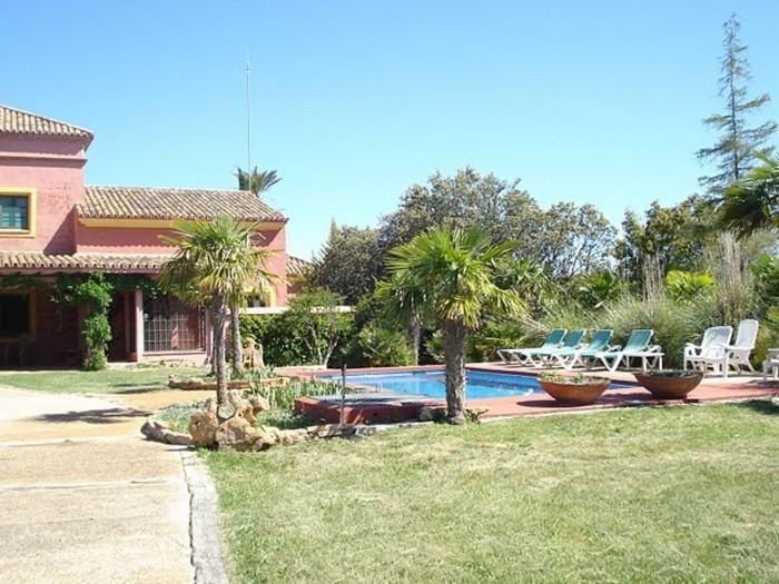 Villas en ronda cortijo ronda 12 personas for Jardin villa ronda